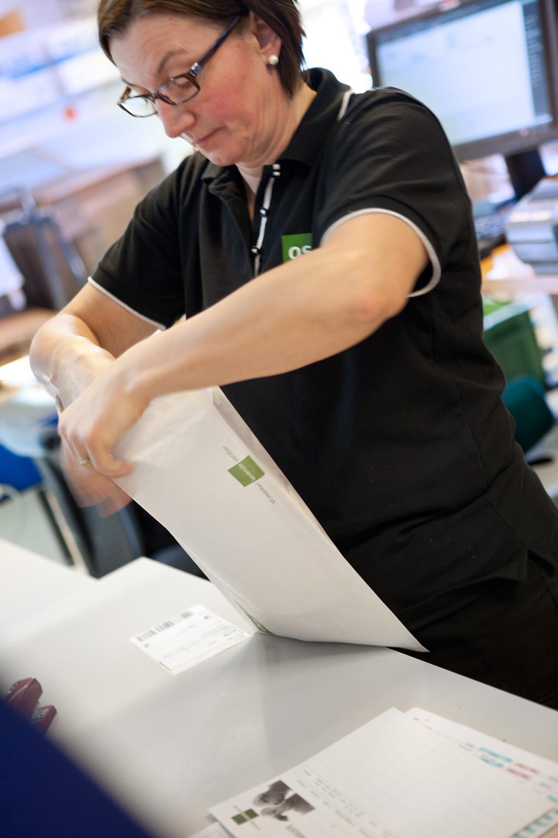 Foto: OS ID-medarbeider pakker varer